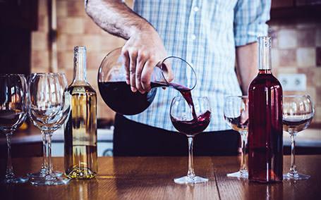Invata tot ce trebuie sa stii, ca sa te bucuri de o degustare de vin la fel de intens ca un somelier