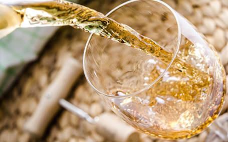 Vinul alb este una dintre cele mai rafinate si mai sanatoase bauturi. Iata ce trebuie sa stii despre el