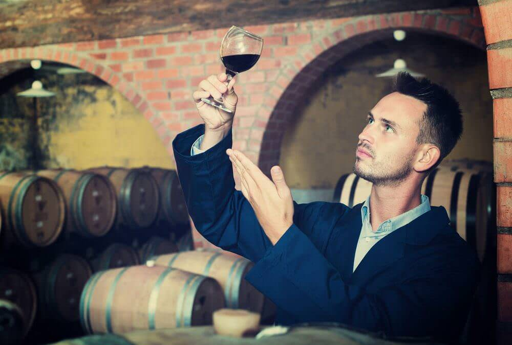 Cum depozitam corect vinul. De ce este important sa asezam sticlele in pozitie orizontala