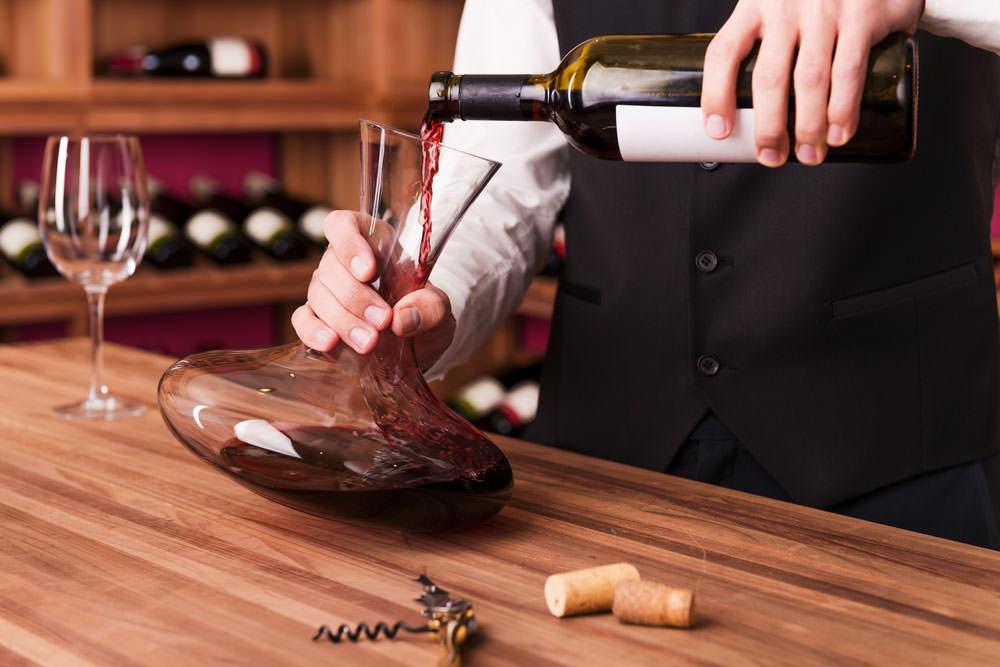 Decantarea vinului. De ce este importanta si cum se face corect