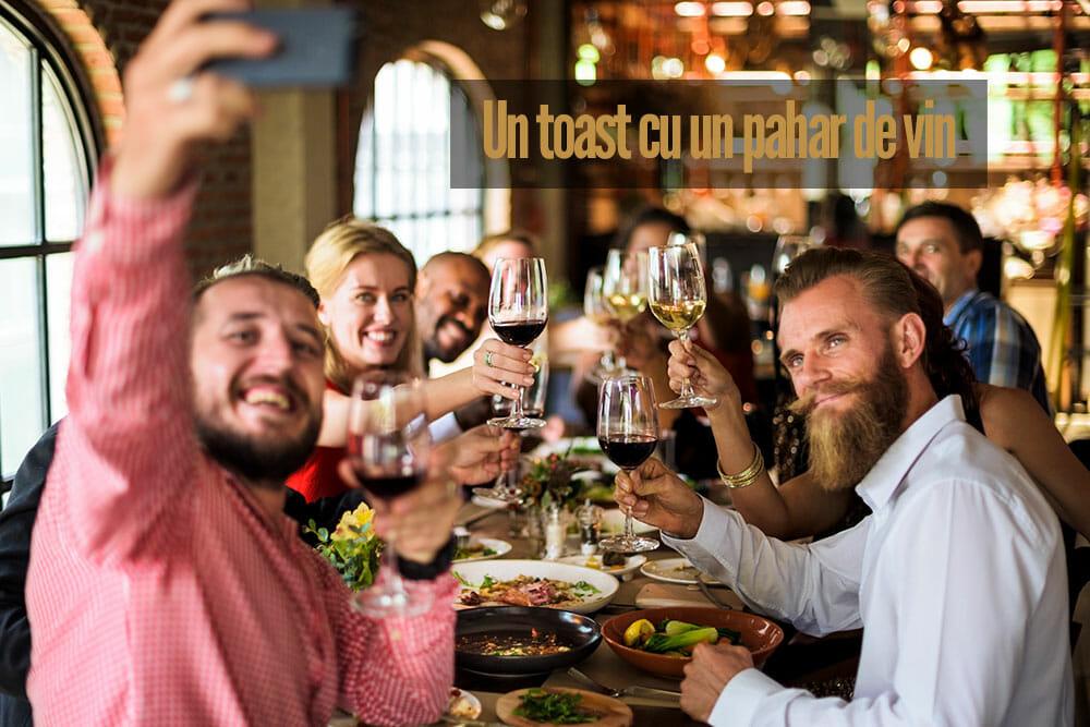 Un an nou fericit – Un toast cu un pahar de vin